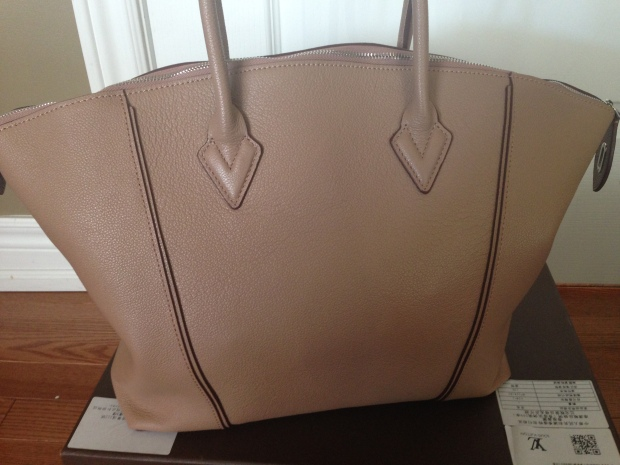 louis vuitton soft lockit beige replica vs authentic fake vs real back of bag